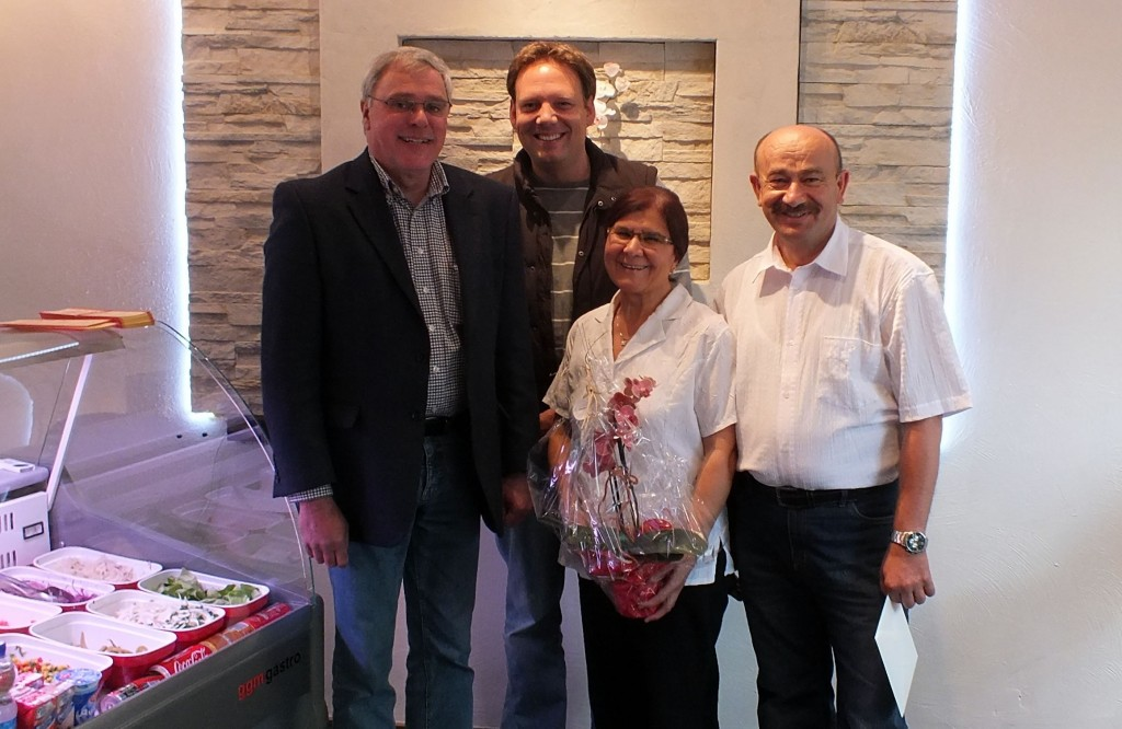 v. l.: Stadtbürgermeister Michael Thiesen, Christian Heller (Quartiersmanagement Höhr), Eheleute Altun