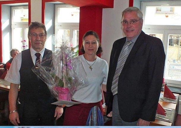 Stadtbürgermeister Michael Thiesen gratuliert dem Team um Frau Stegaru herzlich zur Eröffnung und wünscht viel Glück und Erfolg.