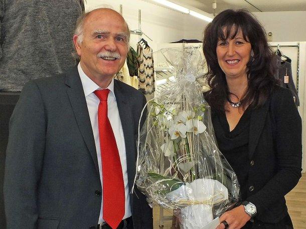 Stellvertretend für Stadtbürgermeister Michael Thiesen gratuliert der Erste Beigeordnete der Stadt Höhr-Grenzhausen, Herr Michael Stahl, Frau Koopmann zur Geschäftseröffnung und wünscht viel Glück und Erfolg.