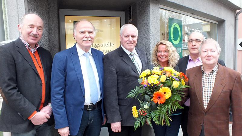 Beratungsstellenleiter Joachim Graben (Bildmitte) mit dem Ersten Beigeordneten Michael Stahl sowie (v. r.) Lutz Illhardt (Regionalbereichsleiter), Rainer Fassnacht (Vorstand), Birgit Thielmann (Hauptstelle Koblenz) und Peter Heinz (Vermieter).