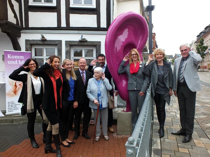 Bürgermeister Thilo Becker und Stadtbürgermeister Michael Thiesen gratulieren Familie Hilgert-Becker sowie Filialleiterin Stefanie Voit zur Geschäftseröffnung und wünschen am Standort Höhr-Grenzhausen viel Glück und Erfolg.