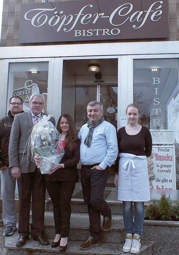 Stadtbürgermeister Michael Thiesen gratuliert zur Eröffnung und wünscht Familie Altin und Herrn Flöck viel Glück und Erfolg.