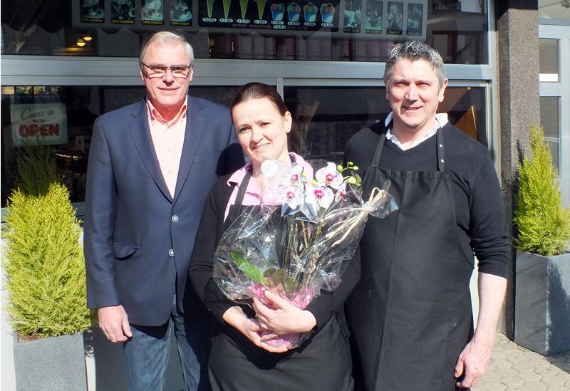 Stadtbürgermeister Michael Thiesen gratuliert Gianni Padovan und Michelle Frasson herzlich zur Eröffnung und wünscht am Standort Höhr-Grenzhausen viel Glück und Erfolg.