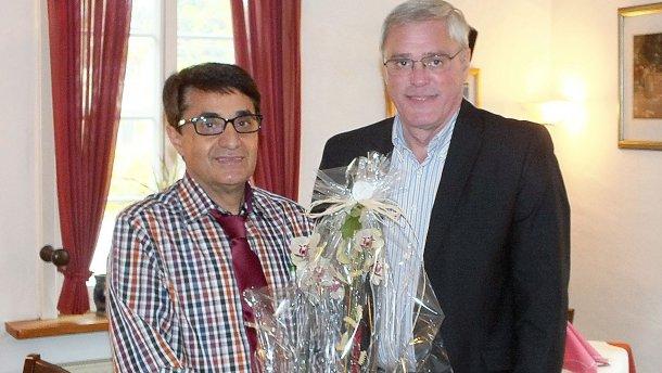 Stadtbürgermeister Michael Thiesen gratuliert herzlich zum Jubiläum und wünscht Pino Confuorti und seinem Team weiterhin viel Erfolg sowie viele treue und zufriedene Kunden.