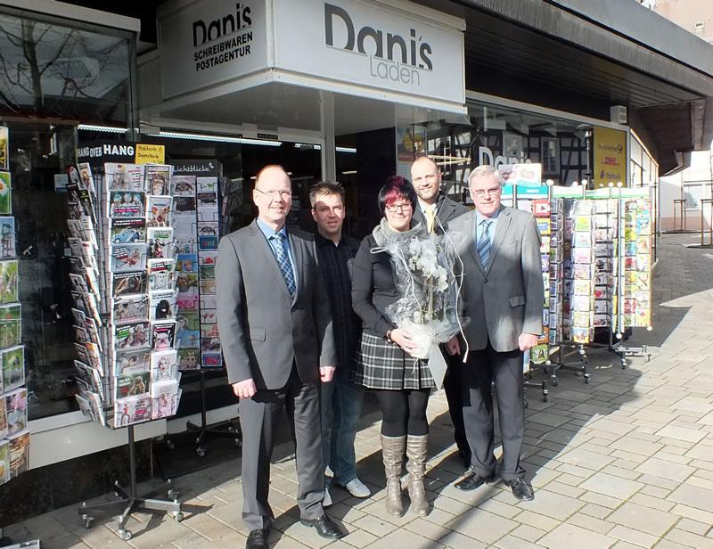 Bürgermeister Thilo Becker und Stadtbürgermeister Michael Thiesen gratulieren Frau Lehrer und wünschen weiterhin viel Erfolg und zufriedene Kunden.