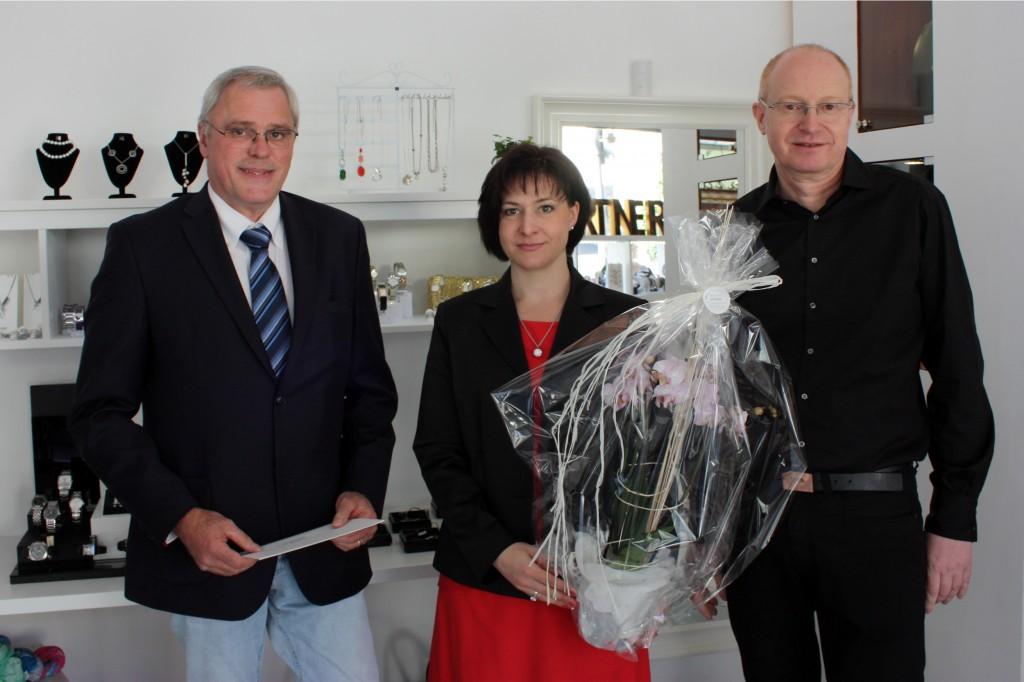 Foto v. l. Stadtbürgermeister Michael Thiesen, Tina Fries und Walter Krautgartner Stadtbürgermeister Michael Thiesen gratuliert herzlich, wünscht einen guten Start und viel Erfolg.