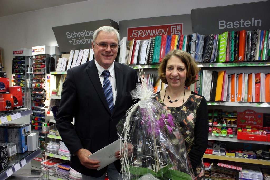 Stadtbürgermeister Michael Thiesen gratuliert zur Eröffnung und wünscht weiterhin zufriedene Kunden und viel Erfolg.