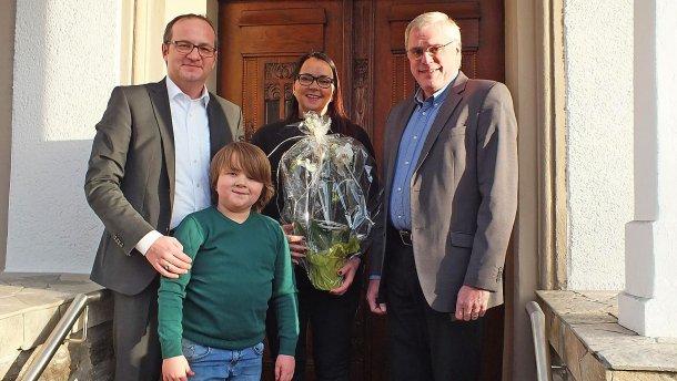 Stadtbürgermeister Michael Thiesen gratuliert Familie Clausen/Kollig und wünscht für die Zukunft viele Gäste sowie alles Gute und viel Erfolg.