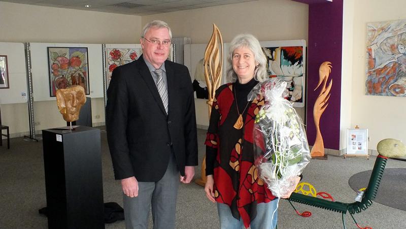 Stadtbürgermeister Michael Thiesen gratuliert Frau Levy zur Eröffnung und wünscht am Standort Höhr-Grenzhausen viel Glück und Erfolg.
