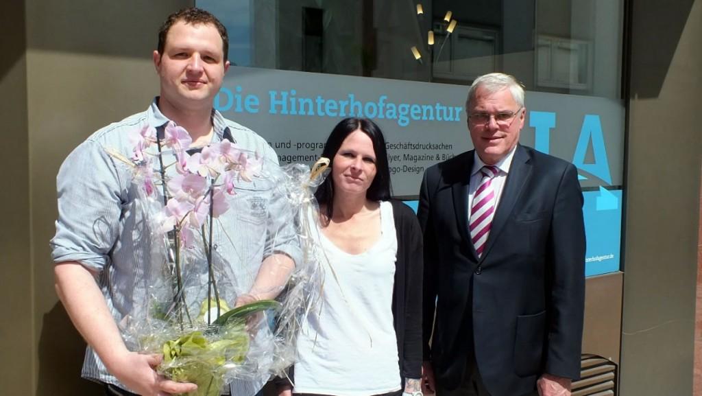 Stadtbürgermeister Michael Thiesen gratuliert herzlich zur Büroeröffnung und wünscht am neuen Standort in Höhr-Grenzhausen alles Gute und viel Erfolg.