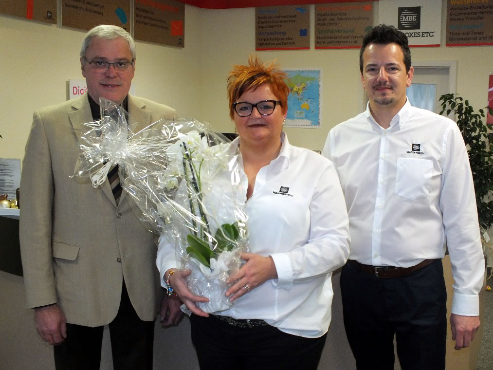 Stadtbürgermeister Michael Thiesen gratuliert zur Geschäftseröffnung und wünscht den Eheleuten Dilly am Standort Höhr-Grenzhausen für die Zukunft viel Glück und Erfolg.